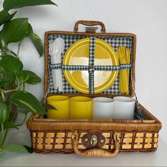 Vintage Wicker Picnic Basket and 4 Place Settings